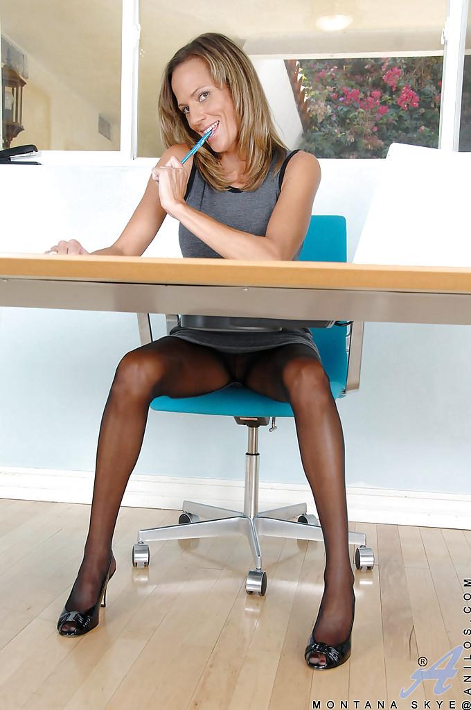 Зрелая секретарша демонстрирует свои прелести прямо на рабочем месте - Порно фото на ero-kiska.ru
