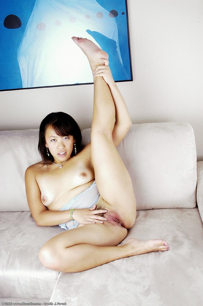 Японская бесстыжая потаскушка привлекла внимание волохатой шмонькой - Порно фото на ero-kiska.ru