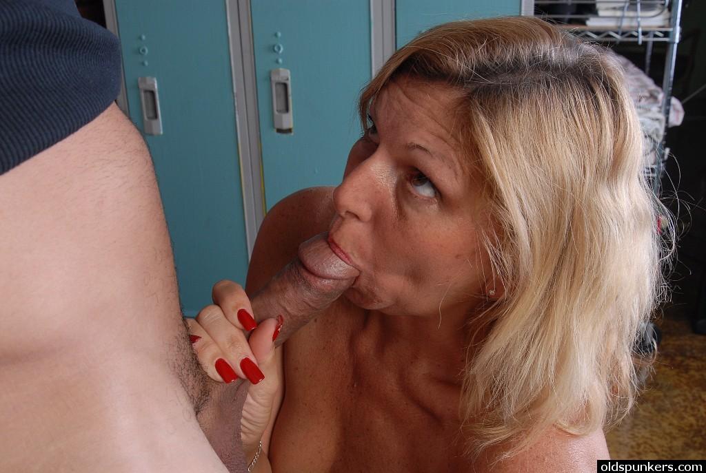 Пожилой тренер трахает зрелую блондинку после тренировки - Порно фото на ero-kiska.ru