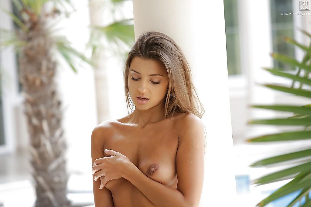 Нежная крошка сняв , мастурбирует на свежем воздухе - Порно фото на ero-kiska.ru