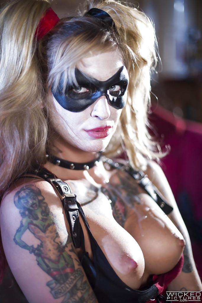 Бэтмен трахает Харли Квин и кончает на неё - Порно фото на ero-kiska.ru