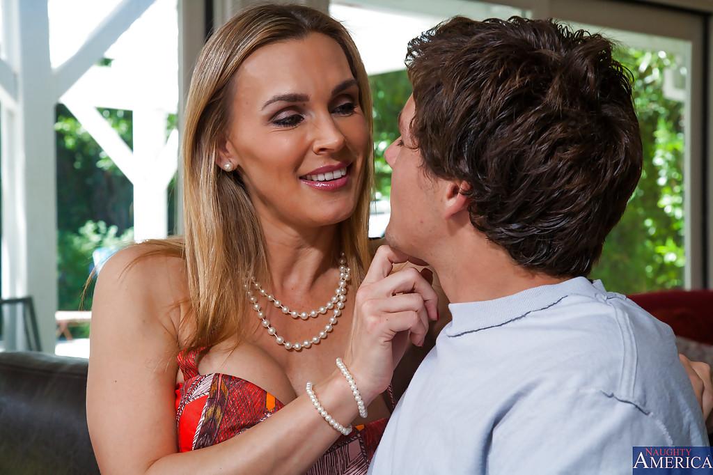 Изящная Таня Тэйт соблазнила парня своей дочери пока та была в школе - Порно фото на ero-kiska.ru