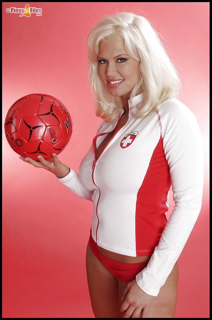 Спортивная блондинка показывает свои большие сиськи - Порно фото на ero-kiska.ru