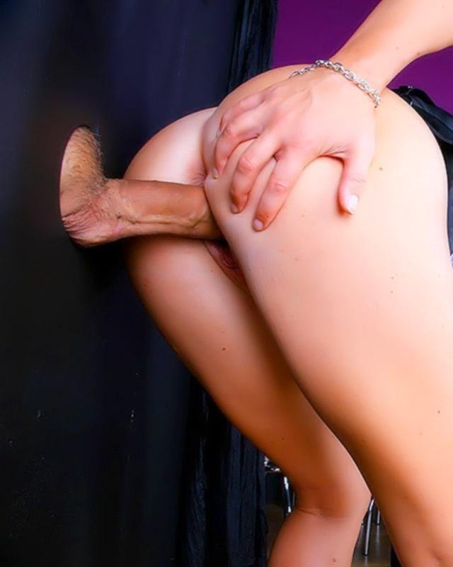 Любительское порно фото Марины  без трусиков в ее спальне