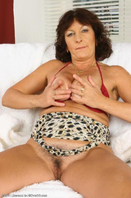 Опытная сучка с силиконовыми дойками и порванной пиздой