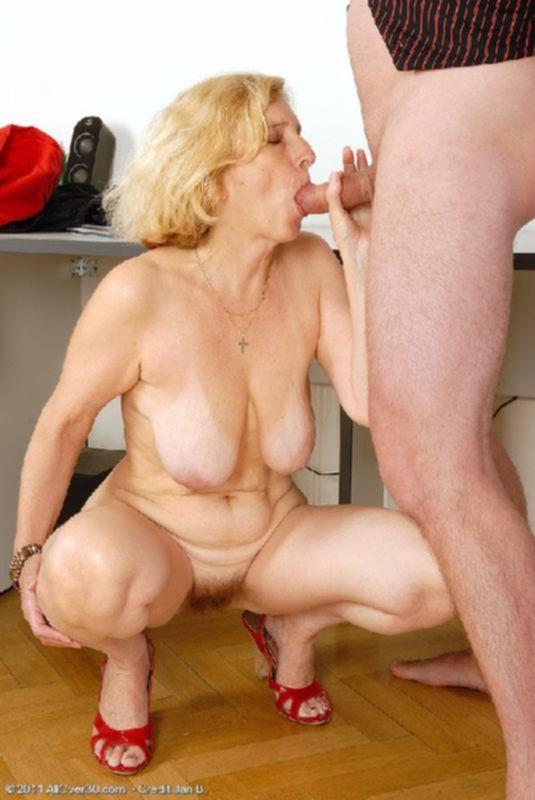 Бабулька показывает свою пизду, в которую приглашает толстый член