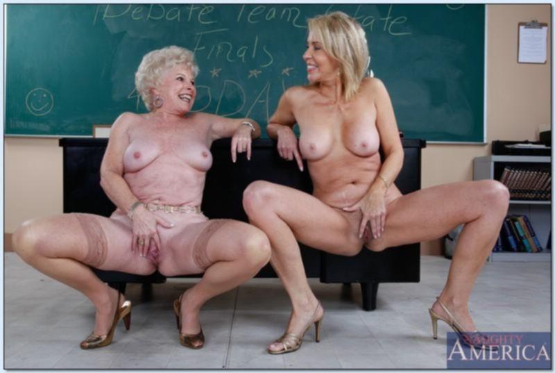 Старая женщина тыкает в себя секс игрушкой