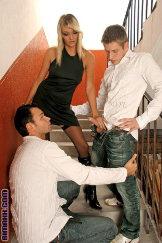 Бисексуалы устроили оргию втроем на диване